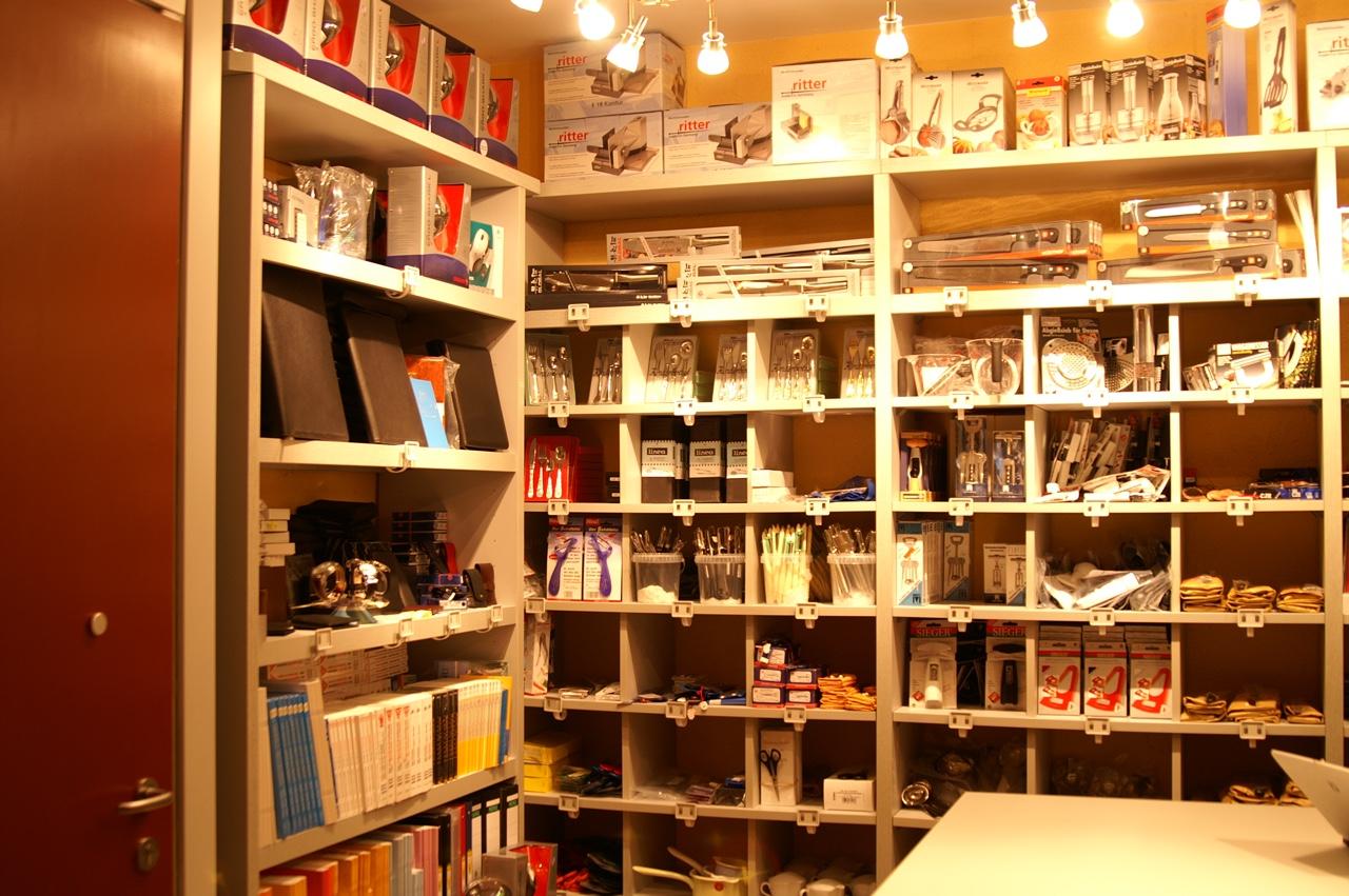 Kassettenregal mit Lederwaren, Uhren und Literatur